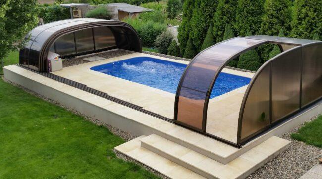 Částečně zapuštěný bazén skvěle poslouží, když úplné zabudování není možné
