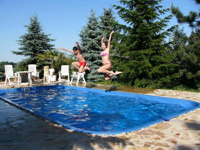 Hlavní výhodou zapuštěného bazénu je větší životnost, ale hlavně snadný přístup do vody
