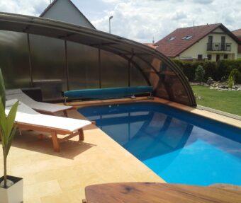 Bazén Malorka s lehátky a prostorem vedle bazénu v přírodních barvách