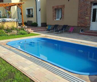 Bazénová světla v bazénu Malorka s protiproudem a šikovně navrženými schody