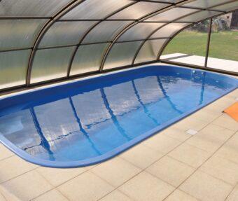 Bazén Malorka s prostorem vedle bazénu, tmavým zastřešením a kouřovým polykarbonátem