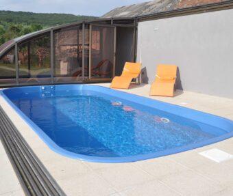 Bazén se žlutými lehátky