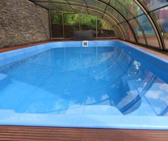 Vnitřní prostor pod zastřešením s horní kolejnicí a pohledem do bazénu Havai