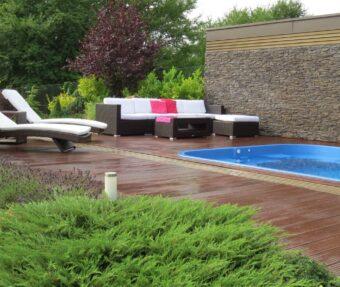 Sezení u bazénu je relax, děti máte pod dohledem, kochat se můžete i zahradou