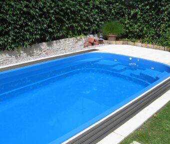 Schodiště bazénu Malorka s keramickou ozdobou a protiproudem.
