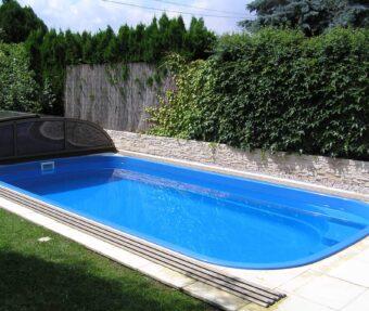 Slunný pohled na bazén Malorka s nízkým zastřešením