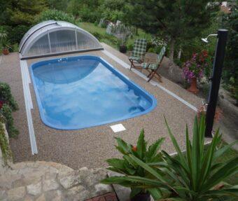 Bazén Malorka uprostřed kamenů v kvetoucí zahradě