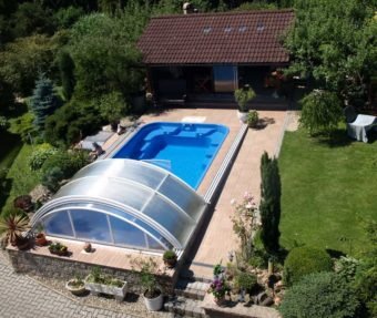 Hotový bazén z laminátu osazený v zahradě