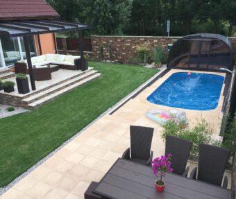 Bazén Malorka s protiproudem v rohu zahrady