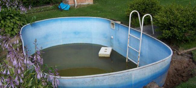 Nemá cenu pořizovat bazén, ve kterém se kvůli zelené vodě nebudete koupat